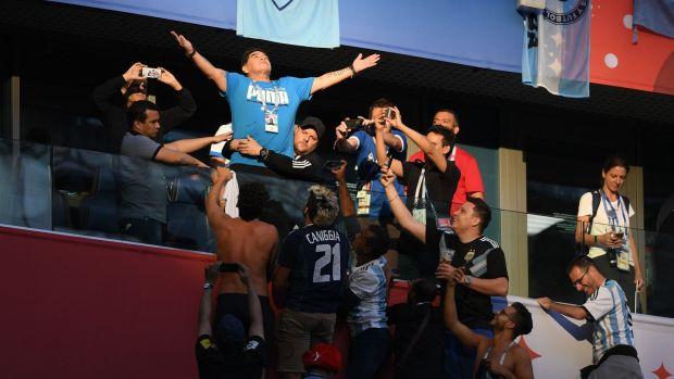 Diego Maradona fait des gestes à la foule avant le match du groupe D de la Coupe du monde 2018 entre l'Argentine et le Nigéria à Saint-Pétersbourg.  Photographie: Olga Maltseva / AFP via Getty Images