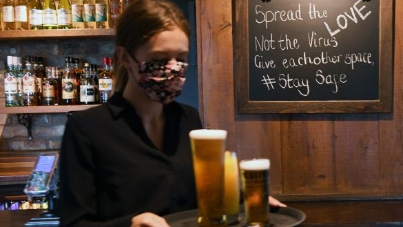 Les soi-disant «pubs humides» pour rester fermés sauf pour les boissons à emporter.  Photographie: Andy Rain / EPA