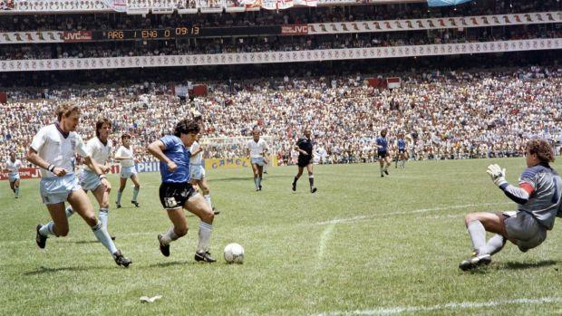 Diego Maradona marque contre l'Angleterre lors de la Coupe du monde 1986 au Mexique.  Photographie: AFP via Getty Images