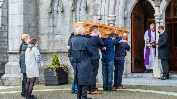 Le cercueil de Mark O'Sullivan est transporté dans l'église de l'Immaculée Conception, Kanturk, Co Cork.  Photographie: Andy Gibson / PA Wire