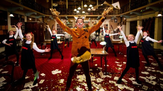 Les enfants de l'école Spotlight Stage School interprètent It's Oh So Quiet de Björk avec l'animateur du Late Late Toy Show, Ryan Tubridy, lors du Late Late Toy Show 2020. Le thème du Late Late Toy Show de cette année est Le monde merveilleux de Roald Dahl, avec Ryan Tubridy jouant Fantastic Mr Renard.  Le numéro d'ouverture a été tourné à la Royal Irish Academy Library et à RTÉ à Dublin.  Photographie: Andres Poveda