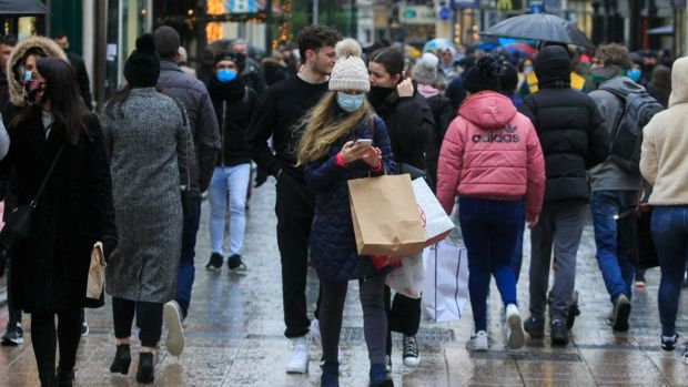 Les acheteurs de Noël sont vus sur Grafton Street dans le centre-ville de Dublin.Photo:Gareth Chaney / Collins