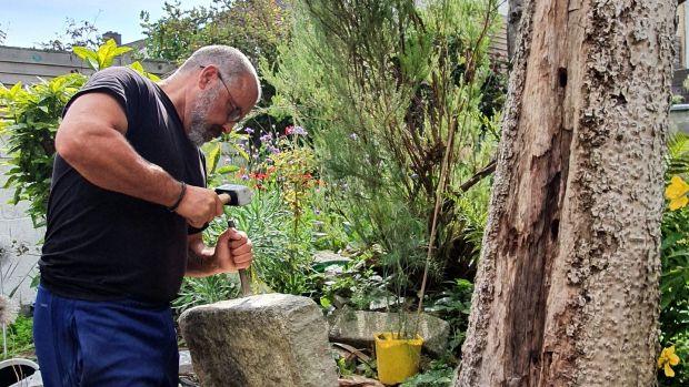 Dave Murphy, chauffeur de taxi de longue date, utilise ses compétences de tailleur de pierre
