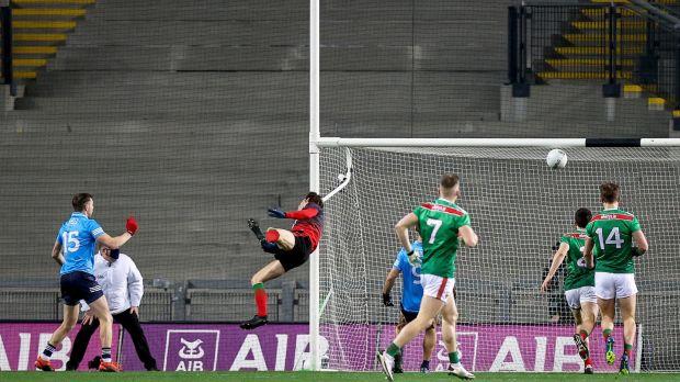 Dean Rock de Dublin marque le premier but contre Mayo dans la finale All-Ireland SFC à Croke Park.  Photographie: Tommy Dickson / Inpho