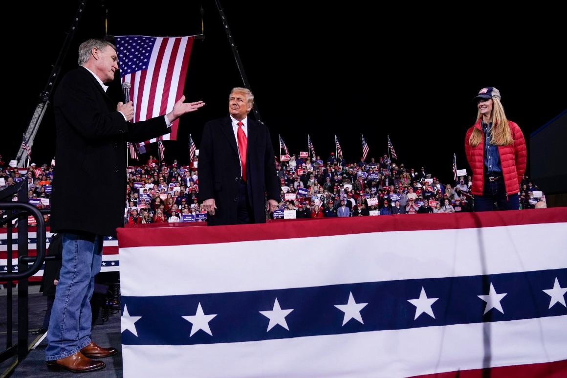 Le sénateur David Perdue parle alors que le président Donald Trump et la sénatrice Kelly Loeffler écoutent lors d'un rassemblement électoral à l'aéroport régional de Valdosta le 5 décembre.