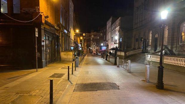 Une rue déserte de South William Street à Dublin à 19h15 samedi.  Photographie: Colm Keena