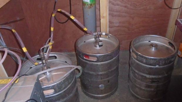 Fûts de bière sous le bar.  Photographie: An Garda Síochána