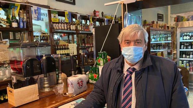 Mark Grainger, de Grainger's Hanlon Corner, a déclaré que son pub avait décidé de ne pas gérer le service de plats à emporter qui fonctionnait avant Noël.  Photographie: Colm Keena