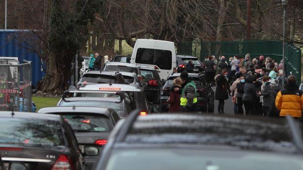 Des voitures et des gens faisaient la queue au centre de vaccination de Phoenix Park, à Dublin, où une campagne de vaccination de masse pour les généralistes et les infirmières en exercice a eu lieu samedi.  Photographie: PA