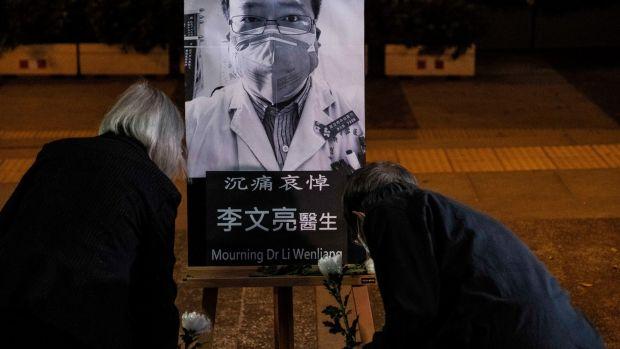 Une veillée à Hong Kong le 7 février 2020 pour le Dr Li Wenliang, l'ophtalmologiste d'un hôpital de Wuhan décédé des suites de Covid-19.  Li a été réprimandé par le gouvernement chinois pour avoir averti ses collègues du virus.  Photographie: Lam Yik Fei / New York Times