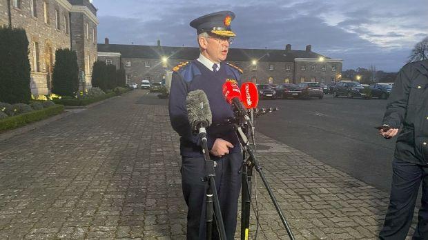 Le commissaire de la Garda, Drew Harris, lors d'un briefing devant le siège de la Garda au Phoenix Park samedi soir.  Photographie: Ronan McGreevy