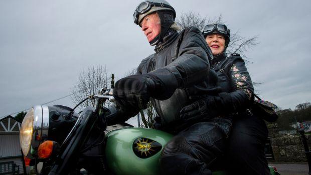 Andy et Eileen Casey de Killeens, Cork, avec leur moto BSA A50 restaurée.  «Je pense qu'elle est tombée amoureuse de la moto plus que moi.  Photographie: Daragh McSweeney / Provision
