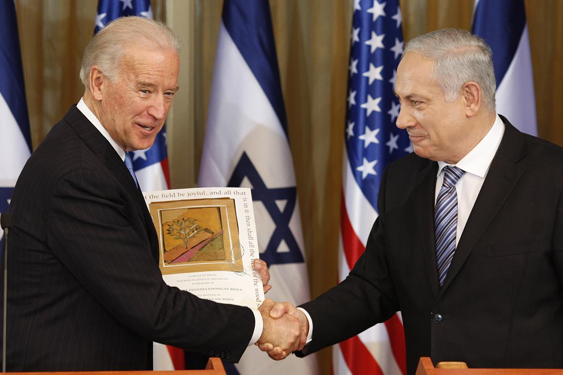 Le vice-président Joe Biden, serre la main du Premier ministre israélien Benjamin Netanyahu le 9 mars 2010 à Jérusalem.