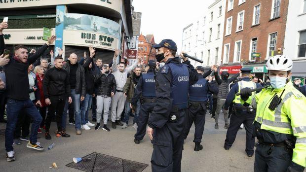 Gardaí s'adresse aux manifestants lors d'une manifestation anti-lockdown dans le centre-ville de Dublin.  Photographie: Damian Eagers / PA Wire