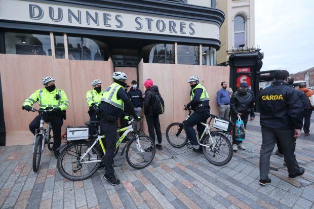Il y avait une grande présence garda dans la ville avant et pendant la manifestation.  Photographie: Niall Carson / PA Wire