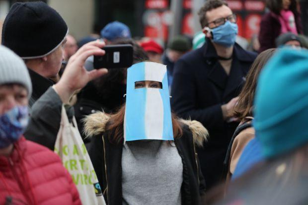 Une femme participe à la manifestation.  Photographie: Niall Carson / PA Wire