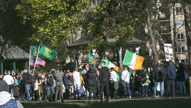 Des centaines de personnes se sont rassemblées lors d'un événement anti-lockdown à Herbert Park Dublin.  Photographie: Stephen Collins / Collins Photos Dublin