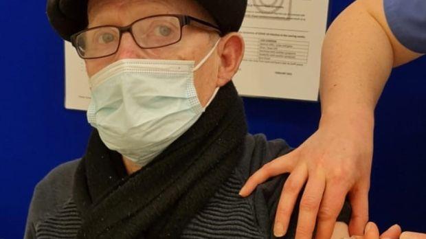 John Donohue, d'Artane à Dublin, reçoit le coup d'Oxford-AstraZeneca à l'hôpital Beaumont de Dublin samedi matin.  Photographie: Hôpital Beaumont