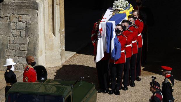 Les Grenadier Guards portent le cercueil du prince Philip, duc d'Édimbourg.  Photographie: Adrian Dennis / WPA Pool / Getty