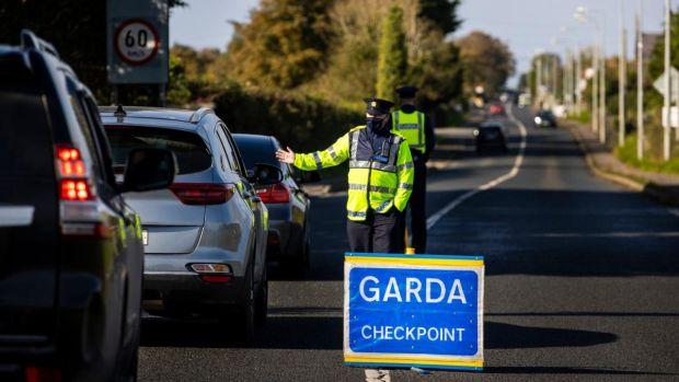 Les points de contrôle de Garda dans le cadre de l'opération Fanacht, qui vise à encourager le public à adhérer aux directives de voyage de Covid-19.  Photographie: Liam McBurney / PA Wire