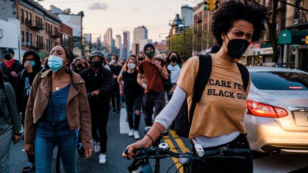 Les gens défilent à Brooklyn après l'annonce du verdict de culpabilité dans le procès de Derek Chauvin pour le meurtre de George Floyd à Minneapolis.  Photographie: Gabriela Bhaskar / New York Times