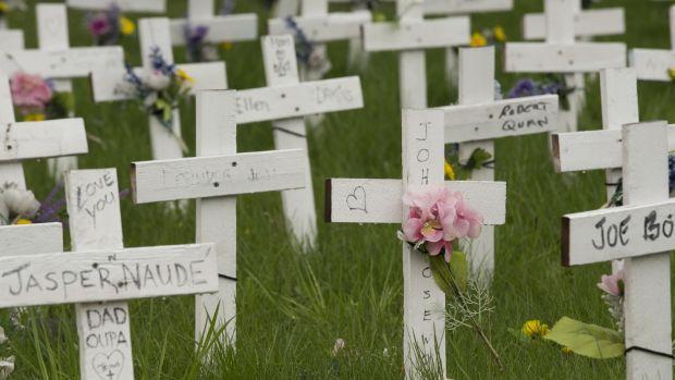 Les croix à l'extérieur du foyer de soins de longue durée Camilla Care à Mississauga, en Ontario, restent un rappel de celles perdues à l'intérieur de l'établissement à Covid-19 en 2020. Photographie: Rick Madonik / Toronto Star via Getty Images