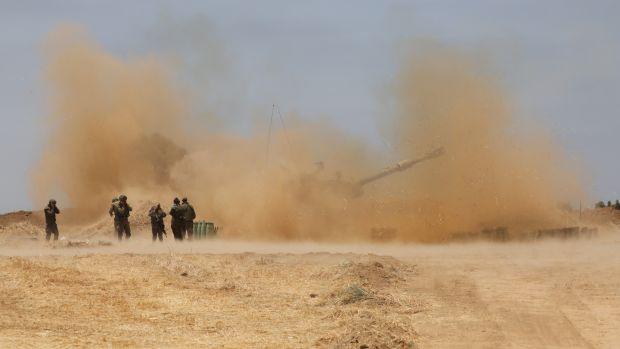 L'artillerie israélienne en action alors que l'escalade se poursuit entre l'armée israélienne et le Hamas à la frontière de Gaza.  Photographie: Abir Sultan / EPA