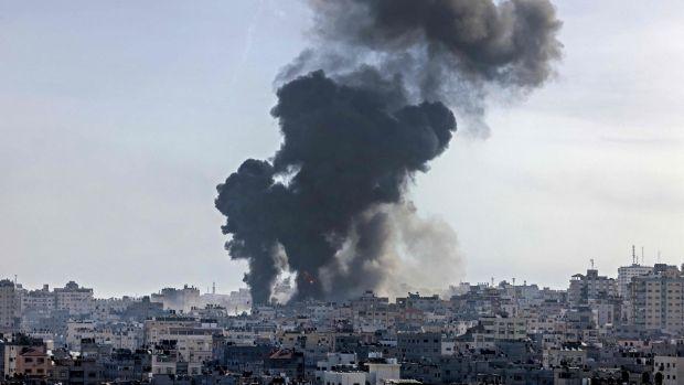 De la fumée monte à la suite d'une frappe aérienne israélienne sur des cibles dans la ville de Gaza.  Photographie: Mahmud Hams / AFP / Getty