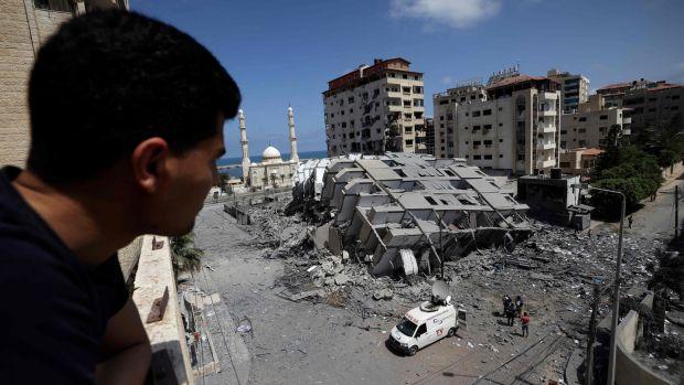Un Palestinien regarde un bâtiment détruit dans la ville de Gaza, à la suite d'une série de frappes aériennes israéliennes sur la bande de Gaza contrôlée par le Hamas.  Photographie: Mohammed Abed / AFP / Getty Images