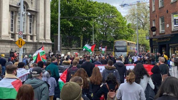 Samedi, les manifestants défilent à College Green dans le centre-ville de Dublin.  Photographie: Jack Power